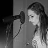Huntress dans le studio-chanteur se flatte